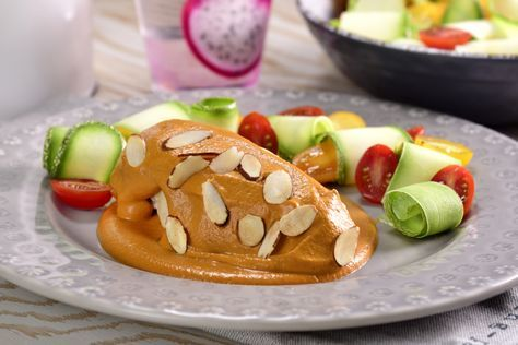 Cocina este platillo de pollo almendrado. Lleva una salsa a base de jitomate y almendras tostadas, aromatizada con laurel, pimienta rosa y comino con un toque picosito de chile ancho, es ideal para un plato fuerte totalmente exquisito.