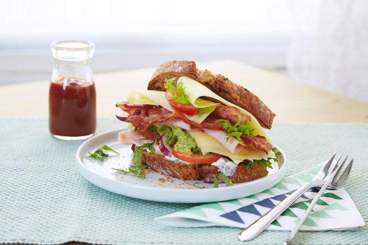 Club sandwich med sprøstekt bacon, store deilige skiver Norvegia, kalkunpålegg, urteyoghurt, tomat, salat og en frisk avokadomos er og blir skikkelig diggemat.