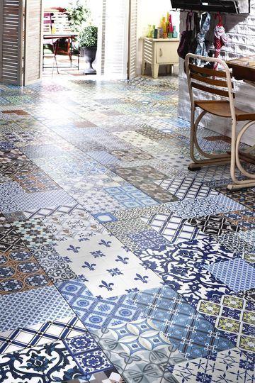Le sol en pvc imitation carrelage rappelle le bleu des vacances - Carrelage : osez les carreaux créatifs et colorés - CôtéMaison.fr
