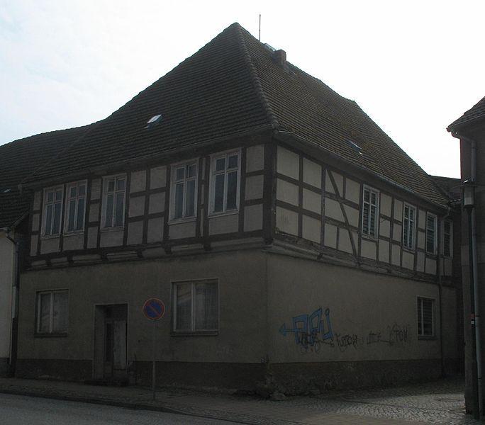 Wohnhaus mit Balkeninschrift (Ernst-Thälmann-Straße 43) in Putlitz in Brandenburg, Deutschland