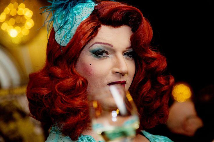 """TEDDY AWARD BERLIN - Alles queer oder...... beim gestrigen Teddy Award 2015 in der Komischen Oper Berlin """"schwenkten"""" Künstler, Prominente und Anhänger der schwul-lesbischen Szene in Berlin einmal mehr die Regenbogenfahne unter dem Konterfei von Rainer Werner Fassbinder."""