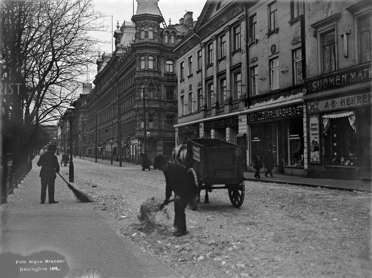 Kadun puhdistamista Pohjois  Esplanaadikadulla  vapun jälkeisenä päivänä 2.5.1912.