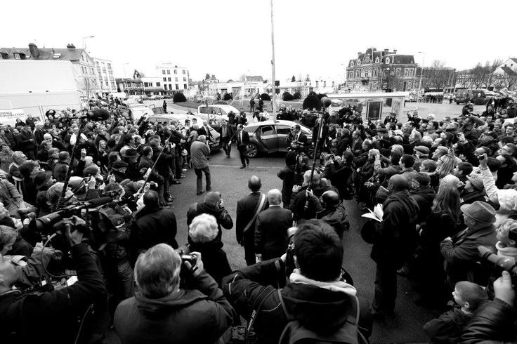 Bain de foule pour François Hollande en visite au musée de #Louviers.