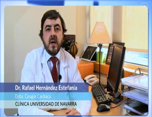 El doctor Rafael Hernández, especialista del Departamento de Cirugía Cardiaca, explica el tratamiento de la valvulopatía aórtica severa y las distintas técnicas disponibles como la implantación percutánea de válvulas aórticas para pacientes con estenosis aórtica severa de edad avanzada.