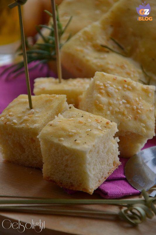 Focaccia alle patate, impasto speciale con patate lesse e uovo, molto soffice e fragrante, ideale per aperitivi o buffet, farcita secondo la fantasia.