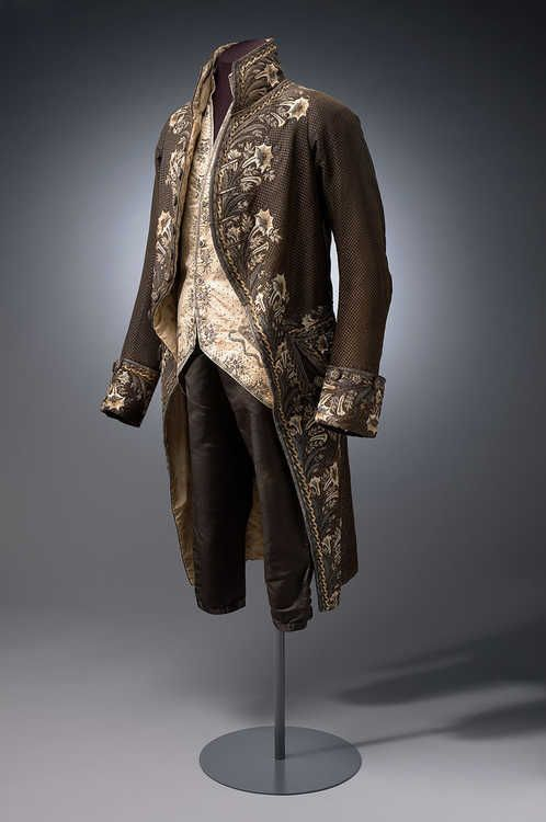 Het driedelige mannenpak werd al in 1666 door de Engelse koning Charles II geïntroduceerd. In de loop der jaren onderging het pak aanpassingen in stof en versiering en werd later habit à la française genoemd.