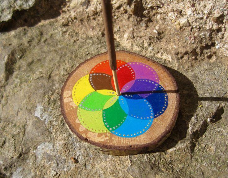 Porte encens en bois rond multicolore couleur des chakras. Graine de Vie peinte sur du Noisetier