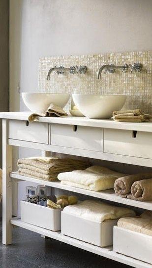 Wit open badmeubel met laden en waskommen. Mooie tegeltjes op de achterwand.
