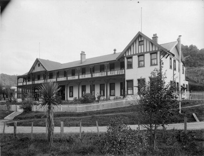 Pipiriki House, a hotel in Pipiriki, photographed by Frank J Denton, circa 1900.