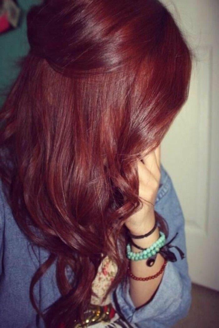 color-caoba-cabello-rojo-oscuro-puntos-rizados-femenino