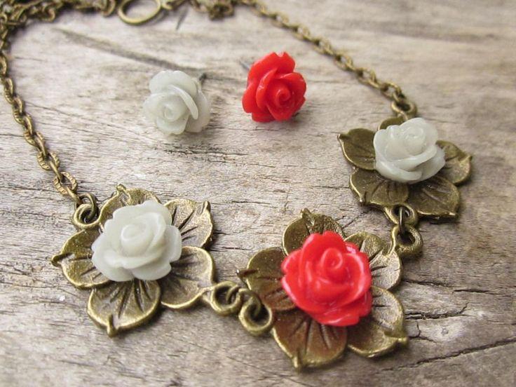 Colier si cercei cu trandafirasi din rasina. Cercelusii sunt asimetrici din punct de vedere coloristic.