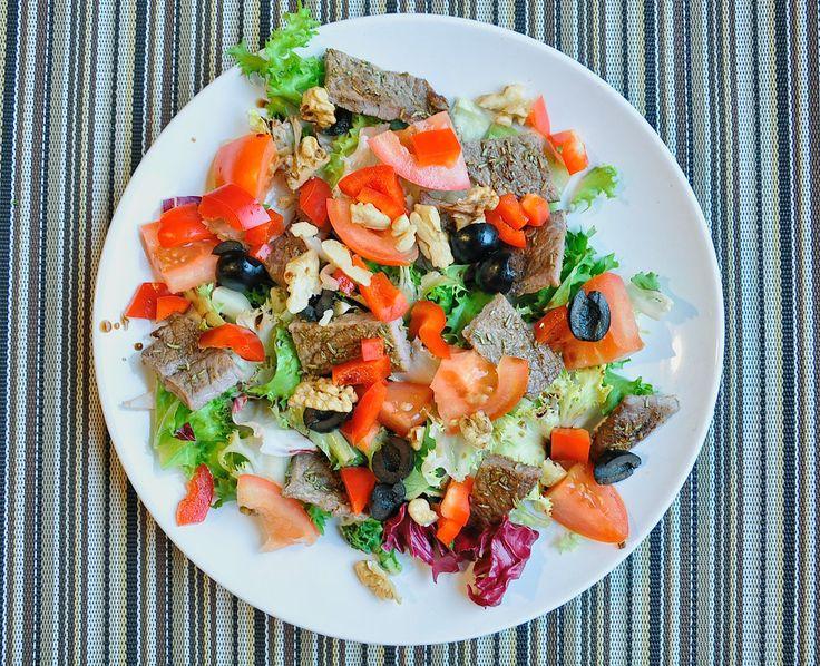 Naszła mnie ostatnio chęć na wołowinę, a musiałem wkomponować dość lekki posiłek żeby wszystko zagrało. Wymyśliłem sałatkę z wołowiną. Jak większość moich przepisów jest prosta do zrobienia. Jedynym wyzwaniem może być usmażenie mięsa na sposób jaki chcemy, jest to jednak do przetrenowania. Ok, focus!   Więcej na: http://noeasy.pl/kuchnia/salatka-z-wolowina/