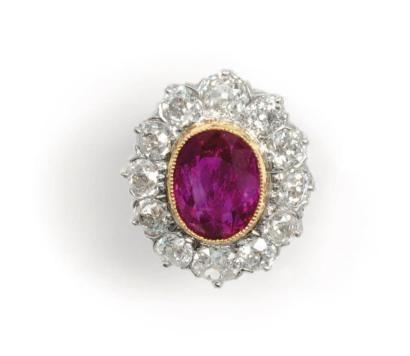 En or jaune et platine, sertie d'un rubis de taille ovale, dans un entourage de douze diamants de taille ancienne. Poids du rubis: 8, 25 carats. Poids des diamants: 4, 50 carats. Estimation : 50 000 - 60 000 €
