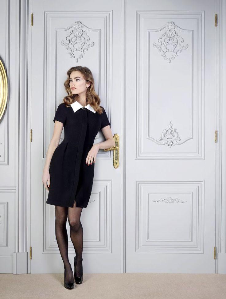 Simplement chic en robe noir à col blanc Weill , Collection automne/hiver 2015.