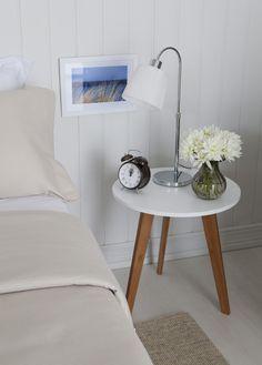 Que tal utilizar uma mesa lateral como criado-mudo no quarto? Essa ideia ficou super delicado no cantinho da Casa Mobly ♡ Nós aprovamos!                                                                                                                                                     Mais
