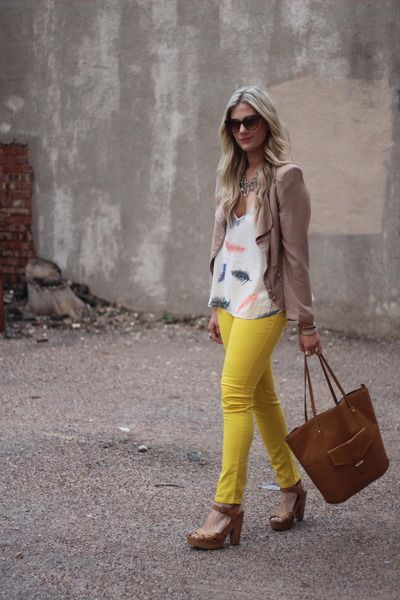 on yellowFashion, Yellow Jeans, Colors Jeans, Yellow Pants, Feathers Tops, Cute Outfit, Colored Denim, Colors Denim, My Style