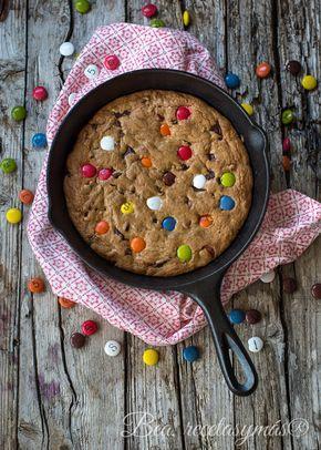 Cookies con chocolate y lacasitos en sartén de hierro fundido