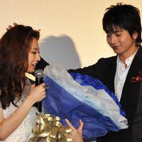 向井理からの青いバラ100本のプレゼントに北川景子感激! 画像