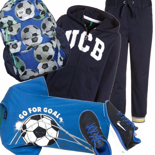 Dedicato ai ragazzi sempre in movimento l'outfit sportivo che si compone di una felpa e di un paio di pantaloni blu, da accompagnare a una t-shirt con motivi sportivi, alle sneakers in tinta e all'immancabile zainetto e via in palestra !