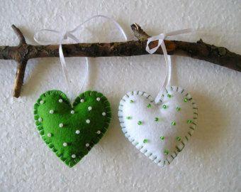 Vicces szívek, Nemez dísz, Felfüggesztett, lakberendezés, filc szív, Valentin nap, Valentin szív, zöld, fehér, 2 készlet