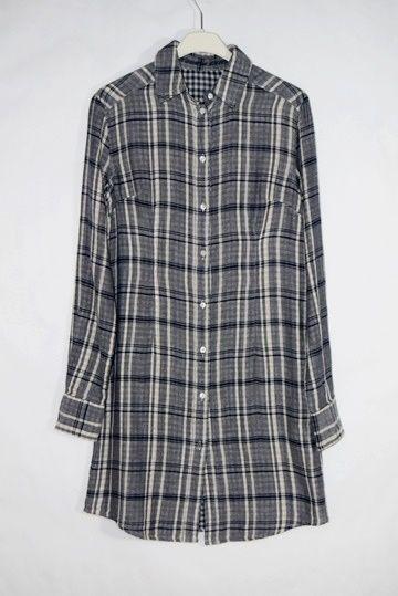 Vestido camisero Stery de Corleone, perfecto para un look casual. Estampado cuadro escocés en tonos malva, interior de cuadro vichy y detalle perlado en la espalda con el símbolo de la marca.