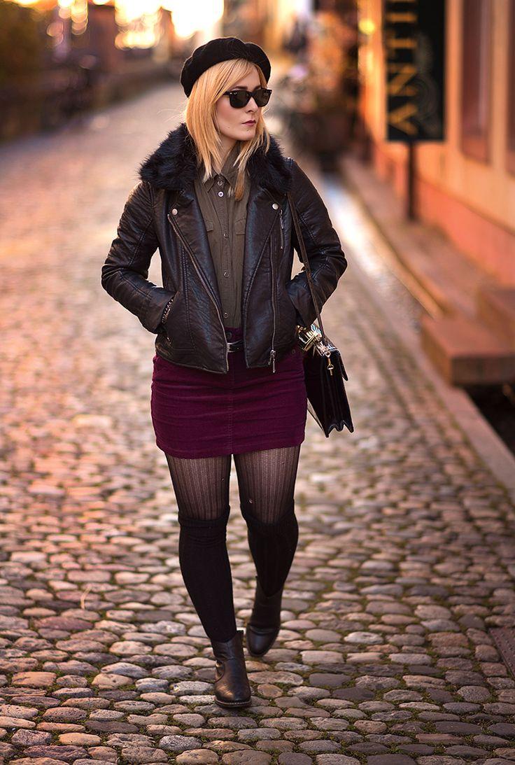 Christina Key trägt ein edles Herbstoutfit mit Army Charme. Sie trägt eine schwarze Lederjacke und dazu eine Baskenmütze