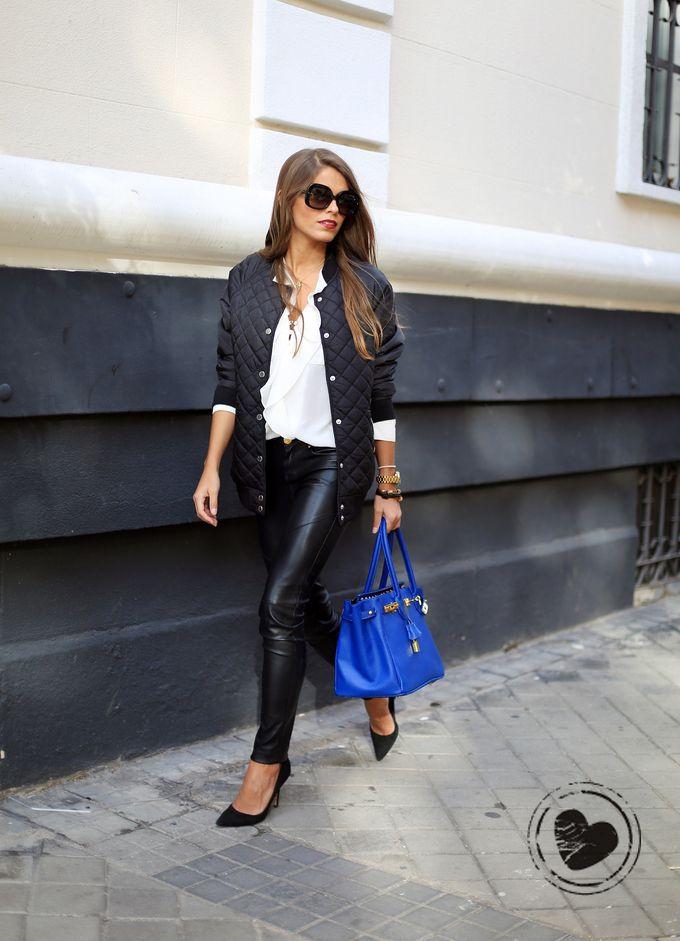 Look com jaqueta bomber, calça de couro preta e bolsa azul (para colorir o look), ele é perfeito para ficar fashion no dia a dia.