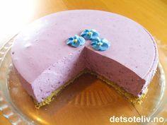 """""""Bak skyene er himmelen alltid blå"""". Denne ostekake lages med blåbærsyltetøy og blåbærgelé. Kaken får en kul, blå-lilla farge. Smaken er fantastisk!"""
