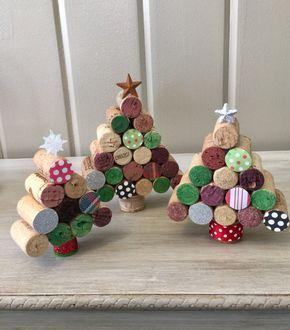 Haga pequeños árboles de Navidad para posar con corchos y corchos.