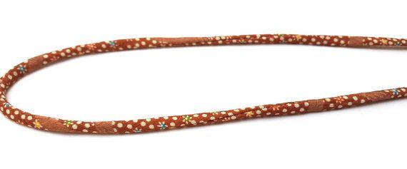 Diese Leine wird mit KOFU (Stoff aus der Antike Kimono) hergestellt. Jedes Kabel wird sorgfältig in Handarbeit hergestellt, das Material dieser Schnur ist antike Kimono entnommen; auseinander nehmen Sie Kimonos, Handwäsche und Eisen sie, dann machen Sie die Schnüre. Jedes Kabel ist einzeln verpackt. Länger als 1m lang ist nicht verfügbar da die Gewebe-Größe der KOFU begrenzt ist.  Dieses Produkt ist ideal für Makramee, Textile Schmuck, String für Anhänger, Tasche machen... und vieles mehr…