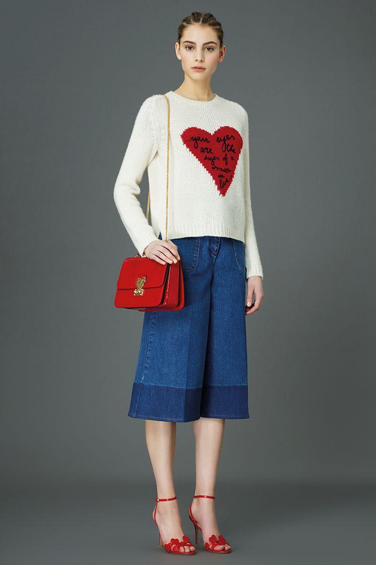 Valentino Pre-Fall 2015 Runway – Vogue: pantalones culottes más jersey de corazones. Indigo. Denim. Bolso cadena. San Valentín. Edit Limit. Edición Limitada de Valentino.