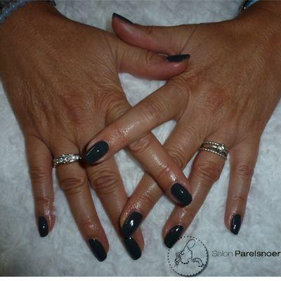 Vanavond heeft een van de dames gekozen voor de kleur 'Asphalt', een mooie diep donkergrijze teint Shellac. Wekenlang verzekerd van mooi verzorgde en glanzende nagels. www.salonparelsnoer.nl