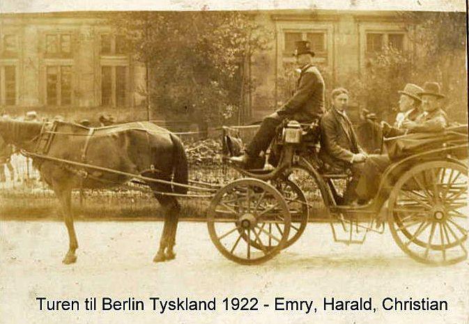 """I ferien 1922 var det, at Harald, svoger Christian og jeg besluttede os til sammen at foretage en tysklandsrejse. Årsagen var den for Tyskland sørgelige kendsgerning, at den tyske mark raslede nedad uge for uge, og at den danske krone i forhold til denne var """"Hård valuta"""". I den uge, eller halve snes dage, vi var i det før så mægtige rige, var kursen således, at en rigsmark havde en værdi af een øre."""