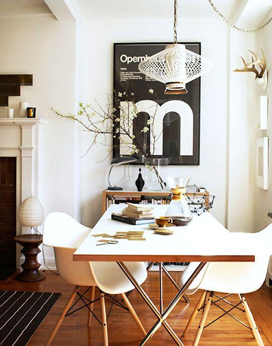 Salle à manger - chaises Eames, affiche noire au mur #dining room #Eames
