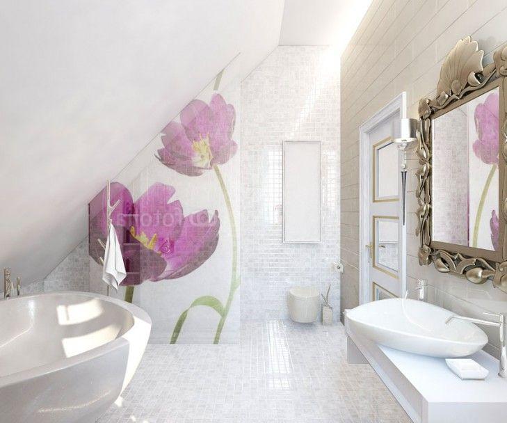 Aranżacja łazienki na poddaszu w połyskujących bielach i pastelach z kwiatowym motywem nadrukowanym na szybie prysznicowej