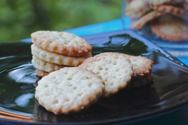 Crackers dolci, sfiziosi, ottimi con il formaggio per accompagnare un aperitivo. Inoltre, un modo facile e veloce per finire gli avanzi di pasta madre.