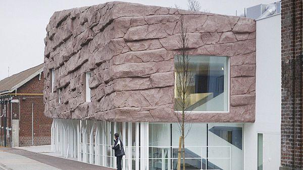 r. 2015 - Městská budova záměrně připomíná bezpečnou jeskyni.