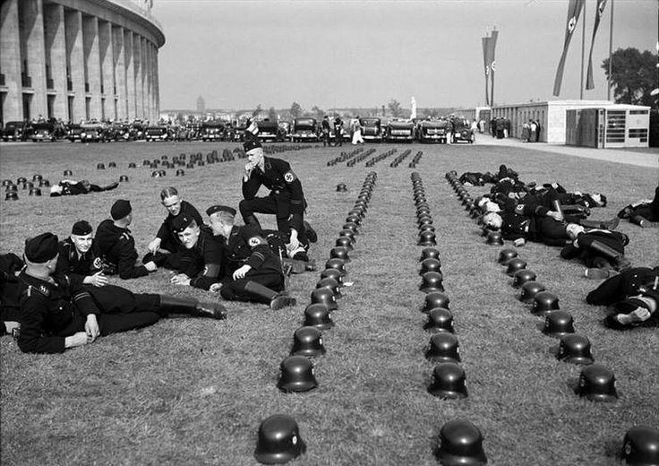 Un moment de détente aux Jeux olympiques, pour les troupes SS Allemandes,Berlin, 1936.