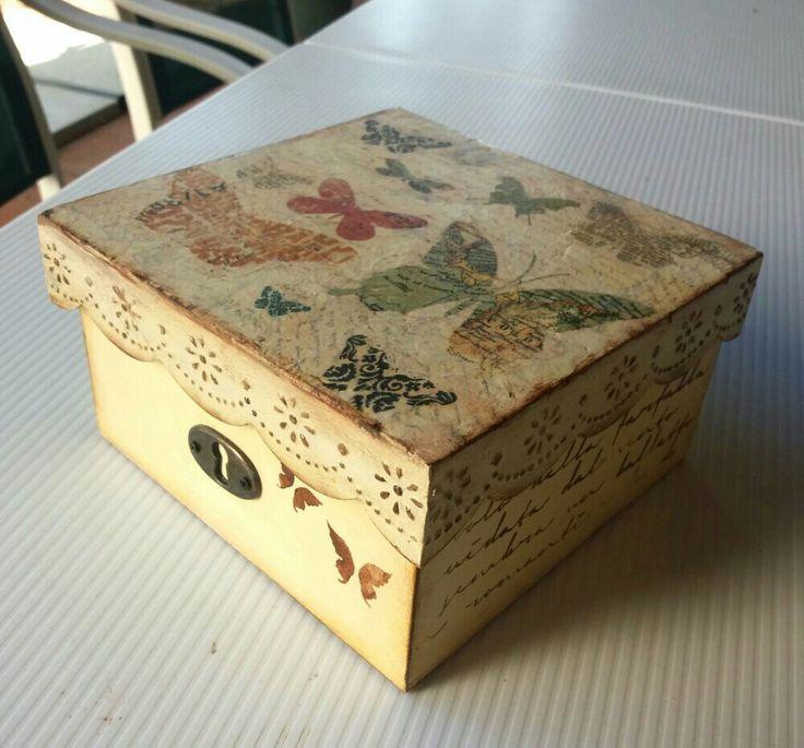 Caja de madera decorada con servilletas, stencil y textura