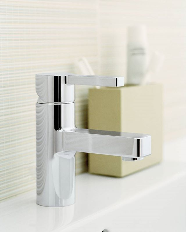 The Lineare Basin Mixer is unique in the perfect interaction of the cylindrical body with the rectangular shape of handles and spout, radiating relaxation and harmony.
