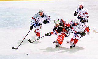 Einer gegen Drei: Leon Nasebandt setzt sich hier gleich gegen drei Akteure des EHC Troisdorf durch. Der Herforder und seine Kollegen gewannen das Spitzenspiel der Eishockey-Regionalliga mit 6:3. - Yvonne Gottschlich