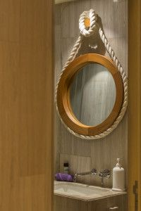 Existen muchas formas y tipos de espejos y marcos, como este Marco de espejo Sisal de Marbol.