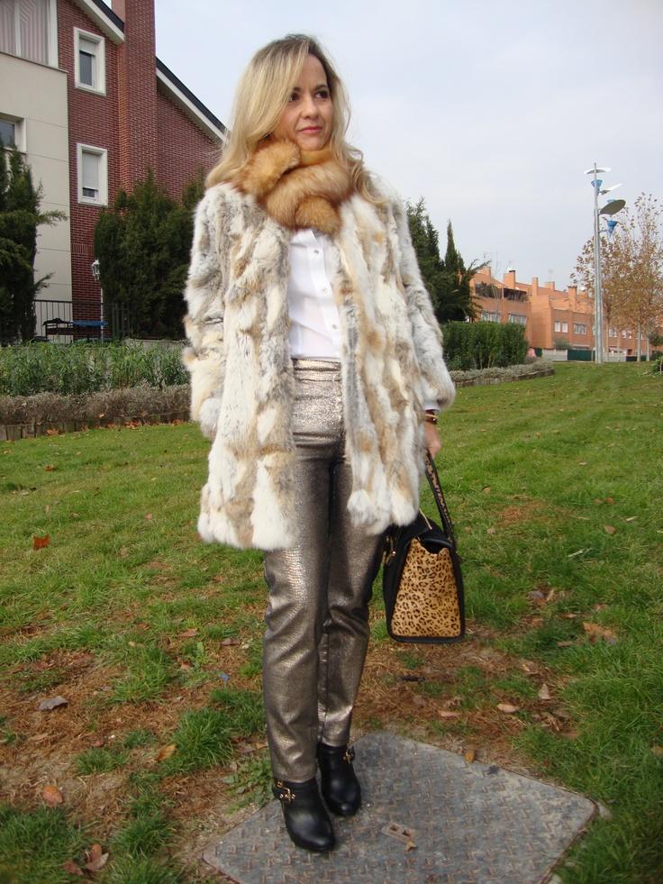 Abrigo pelo Sfera, jeans dorados y camisa Pedro del Hierro, botines hebilla Zilian, bolso print leopardo Cortefiel. Cuello piel zorro.