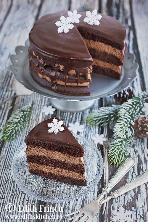 Tort cu ciocolata - tort delicios cu blat cu cacao si crema ganache, totul acoperit de glazura de ciocolata.