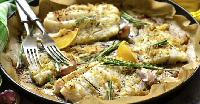 Recette de Cabillaud rôti au citron, ail et romarin. Facile et rapide à réaliser, goûteuse et diététique. Ingrédients, préparation et recettes associées.