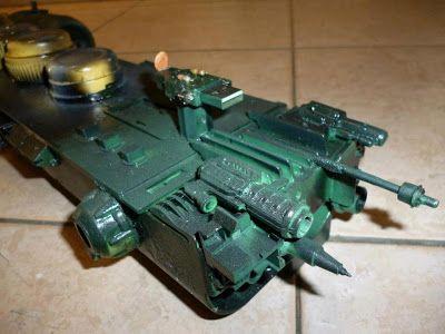 """La parte delantera tiene las """"antenas de comunicaciones"""", que son partes de juguetes, ejes de ruedas y plumas."""