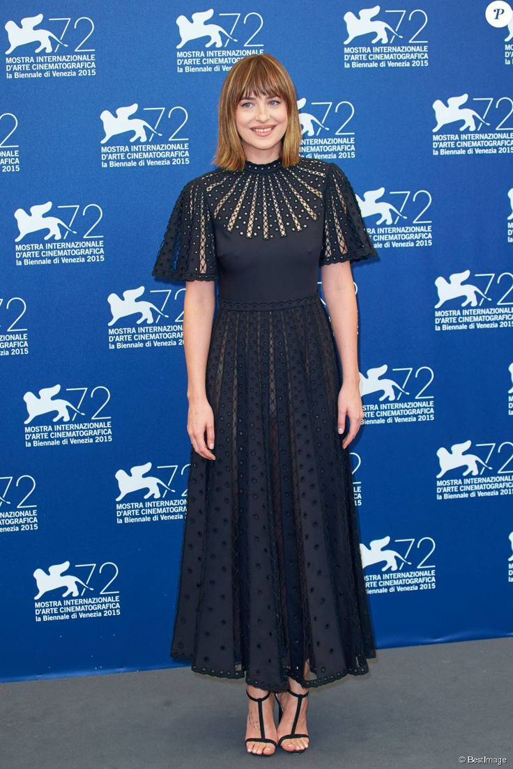 "Dakota Johnson porte une robe Valentino de la collection croisière 2016 et escarpins Jimmy Choo - Photocall du film ""Black Mass"" lors du 72ème Festival du Film de Venise, la Mostra. Le 4 septembre 2015."