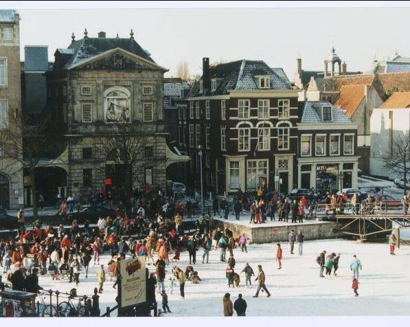 Winter in Leiden schaatsen bij de Waag.