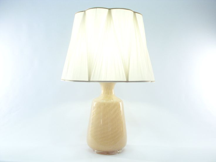 Fantastic table lamp with twisted Withe & Gold Murano glass base of the prestigious company Gabbiani in Venice. € 1.820,00