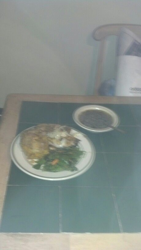 Mofongo, caldo de pescado, ensalada y pescado en escabeche. En casa.